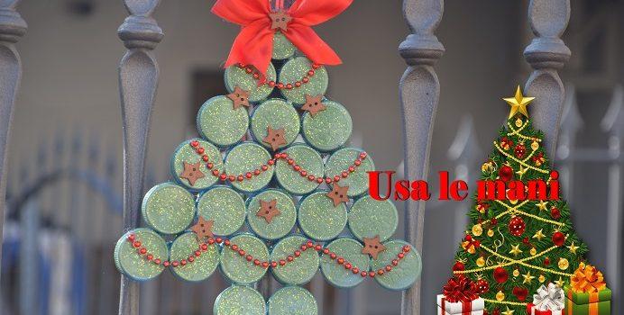 decori di Natale coi tappi di plastica